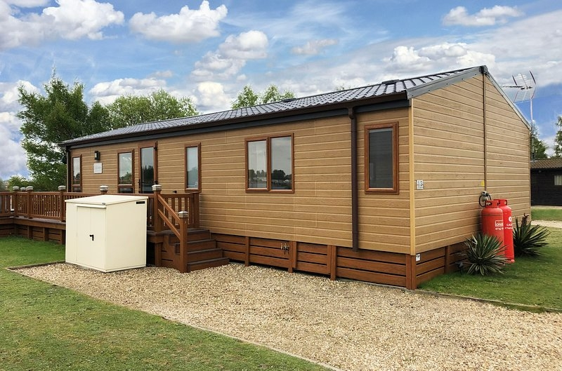 lazy swan lodge tattershall lakes luxury lakeside lodge Berth Log Cabins With Hot Tubs